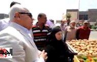 بالفيديو: فضيحة وجبروت محافظ بورسعيد ليجبر بائع خضار ارزقي على بيع الطماطم بـ 2 جنيه والبصل ب(1)جنيه