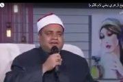 بالفيديو :شيخ ازهري مصري  وبعباءة الازهر يغني لام كلثوم