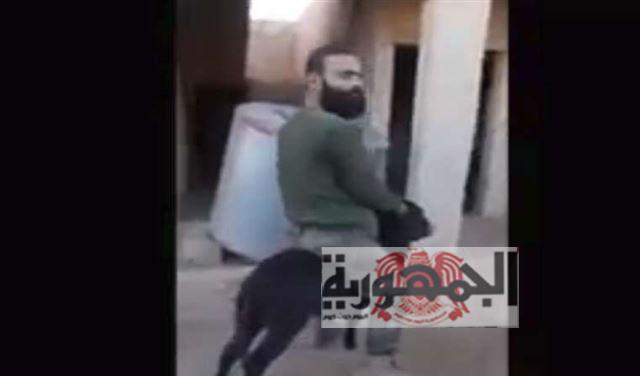 شاهد بالفيديو.. ضابط سوري  من جنود بشار يعذّب