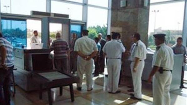 «شرطة ميناء القاهرة الجوى» تتمكن من ضبط راكبين وبحوزتهم أقراص مخدرة وكمية من مخدر الحشيش وأسلحة بيضاء