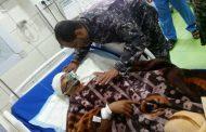 مدير أمن عدن يزور جريح العملية الإرهابية