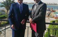 محافظ السويس يكرم الدكتور عبدالعال معروف مستشار الموارد البشرية