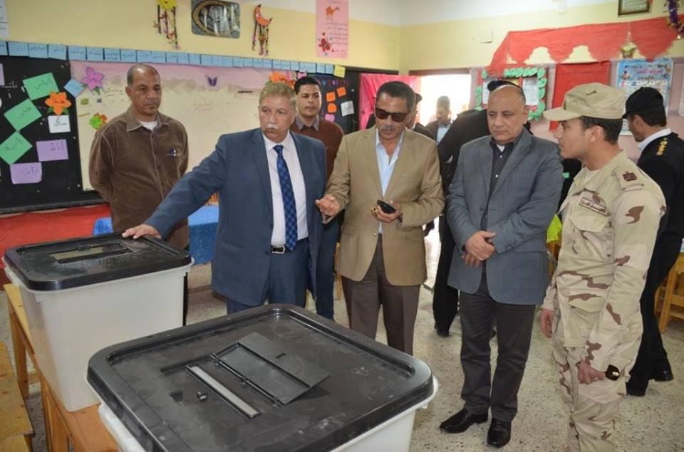 محافظ الاسماعيلية ومدير الأمن يتفقدان اللجان الانتخابية قبل ساعات من انطلاق جولة الانتخابات الرئاسية .