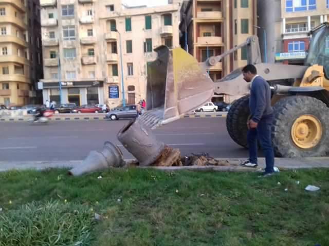 حملة مكبرة بحي وسط لرفع اعمدة الإنارة المتهالكة ودهانات البلدورات بطريق الكورنيش شارع الجيش