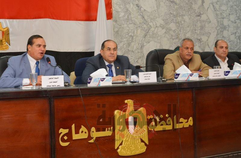 بالصور.. محافظ سوهاج يشهد فعاليات ورشة العمل بديوان المحافظة
